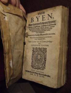 Dirck Cluyt schrijft in 1593 het eerste standaardwerk over het houden van bijen